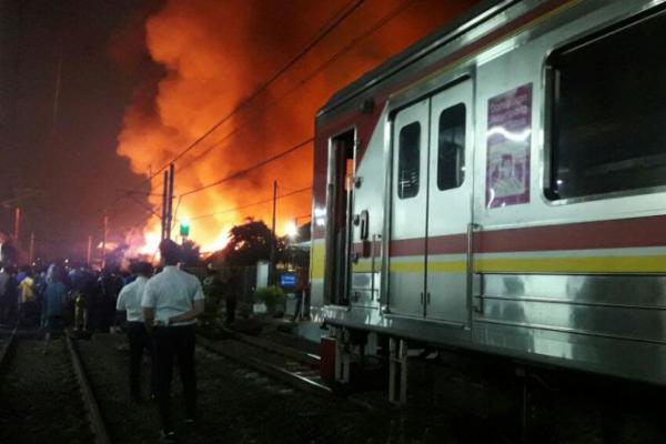 Ada Kebakaran di Taman Kota Jakbar, KA Tujuan Tangerang Gangguan