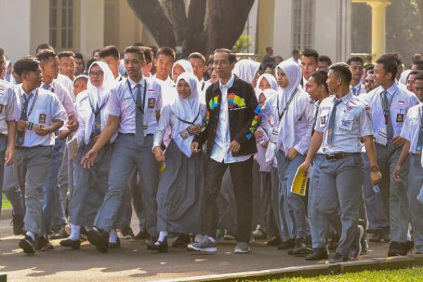 Berjaket Asian Games, Jokowi Terima Kunjungan Ketua OSIS