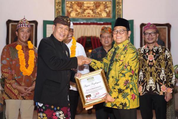 Cak Imin Terima Penghargaan Pejuang Kebhinekaan dari Raja se-Bali
