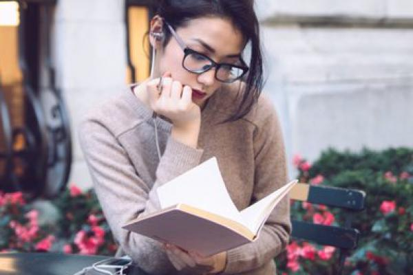Velove Vexie Ingin Menulis Buku Karena Kegemarannya Baca Buku