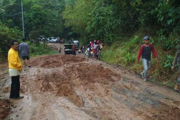 Jalan Cimanggu-Sumur Rusak dan Memprihatinkan, Ancam Keselamatan Warga