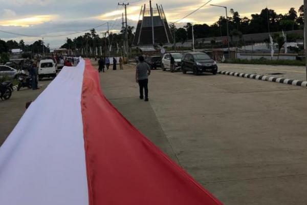 Bendera Merah Putih Terpanjang di Perbatasan Papua Raih Rekor MURI