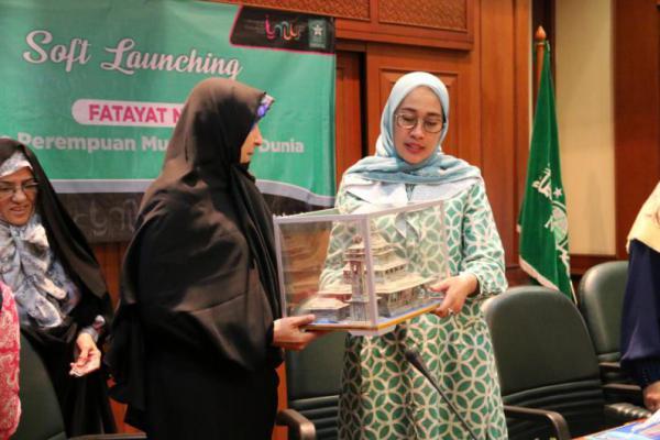Fateme Hashemi dan Anggota Parlemen Iran Diskusi dengan Fatayat