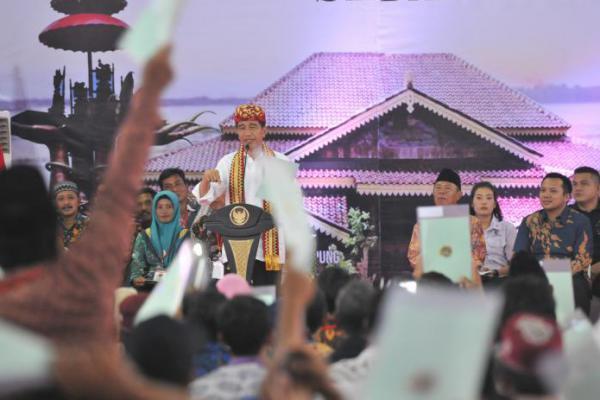 Jokowi Serahkan 6000 Sertifikat pada Warga Riau