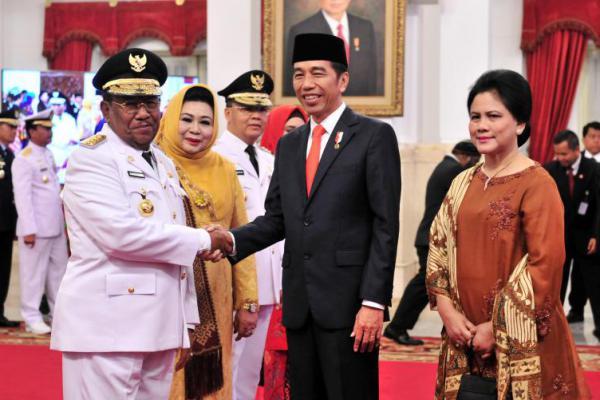 Presiden Lantik Gubernur Bengkulu dan Riau di Istana Merdeka
