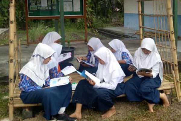 """Ajak Masyarakat Bangun Saung Baca, Sekolah Ini Terapkan Materi """"KPK"""""""
