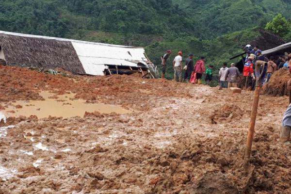 Puluhan Rumah Tertimbun Longsoran di Sukabumi