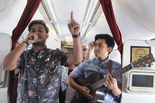 Keren! Garuda Indonesia Hadirkan Live Music Akustik di Pesawat
