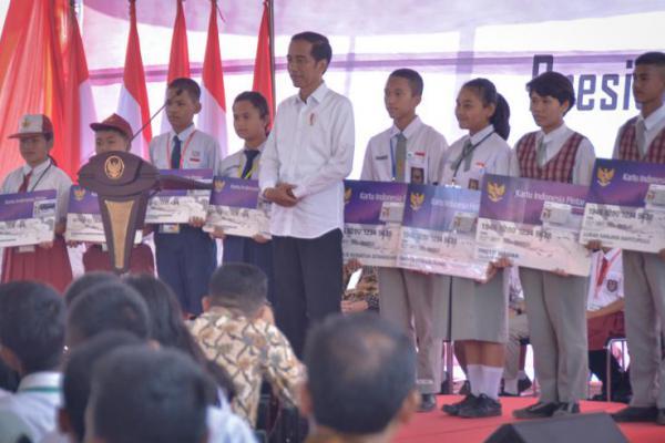 Presiden Jokowi Serahkan 2.000 KIP di Toba Samosir