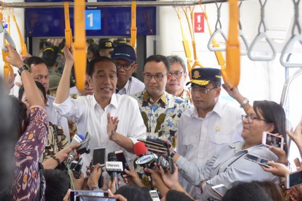 Berkaos Lengan Panjang, Presiden Jokowi Resmikan MRT Jakarta