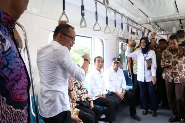 Menaker Hanif Dhakiri Dampingi Jokowi Jajal MRT Jakarta