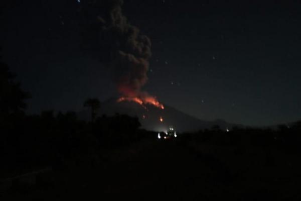 Gunung Agung Bali Kembali Muntahkan Lava Pijar, Status Siaga