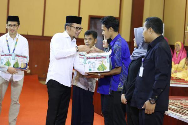 Menaker Hanif Dhakiri Bagikan 1000 Paket Ramadhan