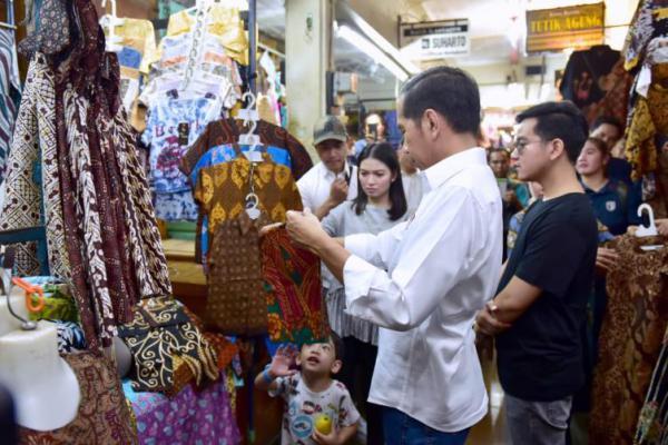 Presiden dan Ibu Negara Beli Baju Batik di Pasar Beringharjo