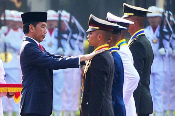 Presiden Jokowi Lantik Perwira Remaja TNI/Polri di Istana Merdeka