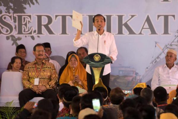Presiden Jokowi Serahkan 3.000 Sertifikat Tanah ke Warga Pontianak