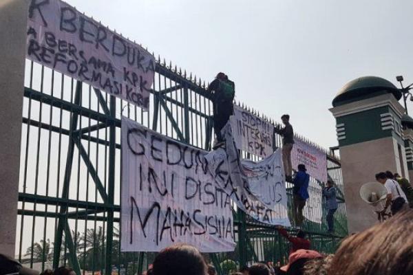 Polisi Tahan Perusuh saat Demo di DPR, 7 Diantaranya Positif Sabu