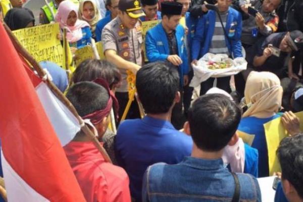 Dua Mahasiswa Kendari Tewas, PMII Blitar Gelar Tabur Bunga dan Salat Gaib di Polres
