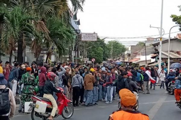 Menyejukkan! Begini Potret Aksi Damai Mahasiswa di Sela Pelantikan DPR