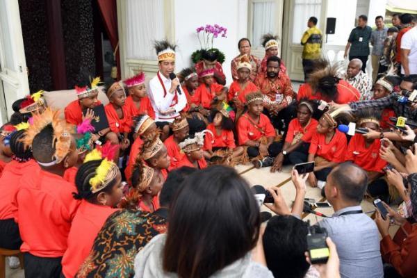 Presiden Jokowi Terima Siswa SD dari Papua di Istana Merdeka