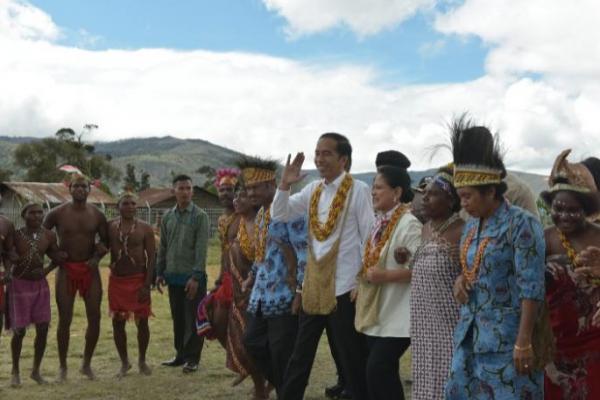 Tiba di Pegunungan Arfak, Presiden Jokowi Disambut Tarian Tumbu Tanah