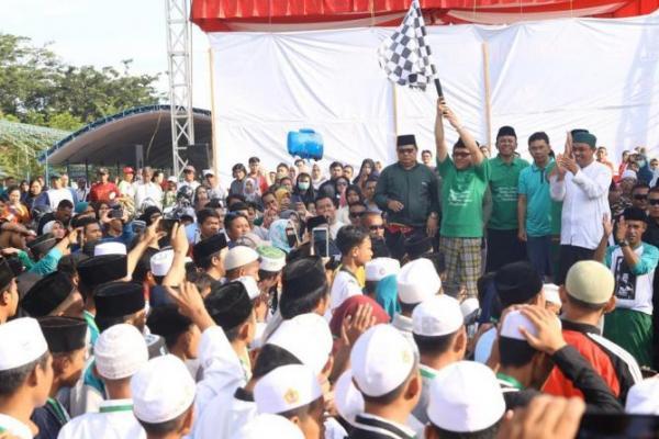 Bersarung, Gus Muhaimin Lepas Jalan Sehat Santri di Palu