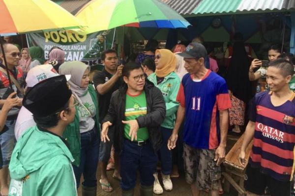 Gus Muhaimin Sapa Korban Banjir di Bantaran Kali Ciliwung