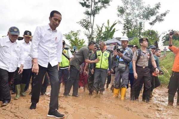 Presiden Jokowi Imbau Warga Sukajaya Korban Longsor Mau Direlokasi