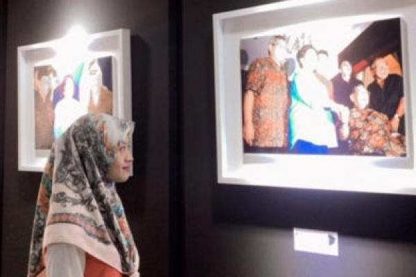 Kenang Gus Dur Lewat Pameran Foto, Pengunjung: Seru, Milenial Banget!