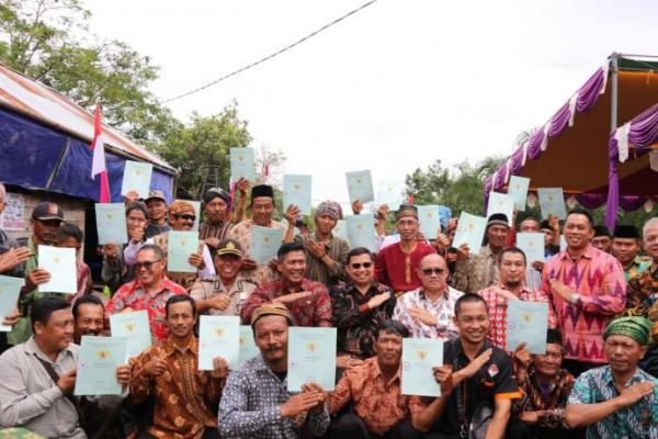 Kemendes PDTT Serahkan 6.400 Sertifikan pada Transmigran di Kalbar