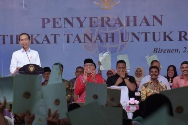 Presiden Jokowi Serahkan 2.576 Sertifikat Tanah di Bireuen Aceh