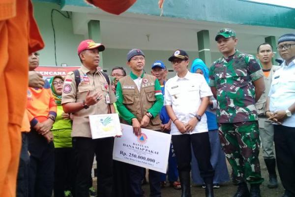 Maman Imanulhaq Serahkan Bantuan untuk Korban Banjir Subang