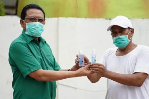 Cegah Covid-19, Gus Ali Ahmad Bagikan Ribuan Botol Hand Sanitizer di Malang