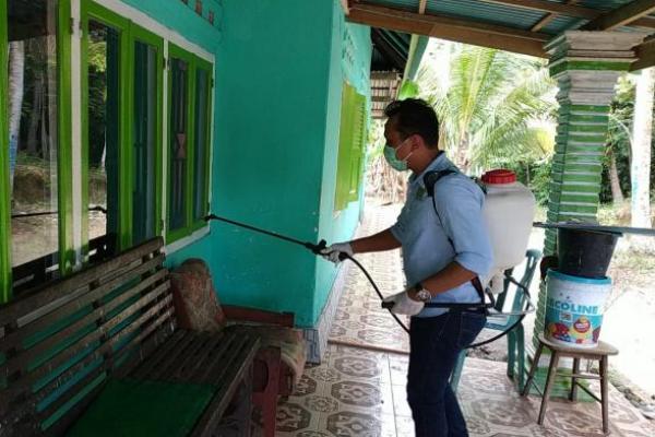 Legislator PKB Sumbar Lakukan Penyemprotan Disinfektan di Rumah Warga