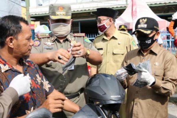 Jaga Zona Tetap Hijau, Bupati Busyro Karim Bagikan Masker Gratis