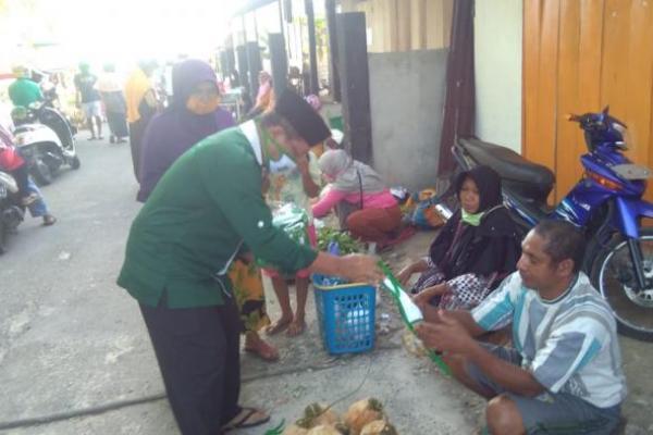 Cegah Penyebaran Corona, PKB Wakatobi Bagikan Masker di Pasar Tradisional