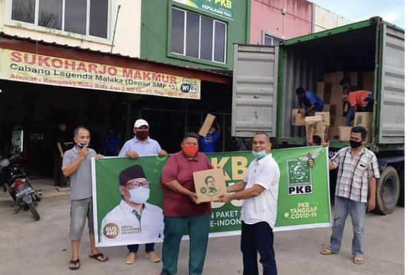 Gus Muhaimin Bagikan Paket Sembako 4 Kontainer untuk Warga Kepri