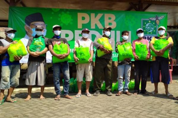 PKB Pasuruan Salurkan Ribuan Paket Sembako ke Kuli Bangunan Terdampak Covid-19