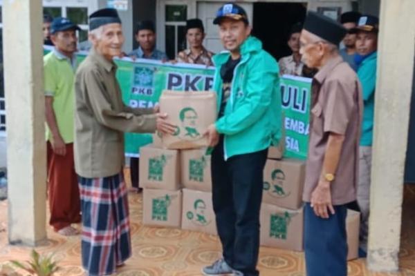 PKB Sijunjung Bagikan Ratusan Paket Sembako dari Gus AMI