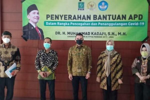 Muhammad Kadafi Serahkan Bantuan APD ke 7 Rumah Sakit di Lampung