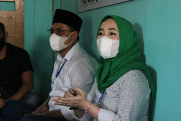 Ratna Juwita Kunjungi Warga Tuban Penderita Tumor Leher