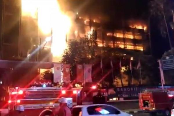 Setelah 11 Jam, Kebakaran di Gedung Kejagung Akhirnya Bisa Dijinakkan