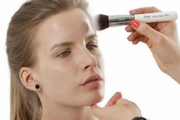 3 Kesalahan Pakai Make Up yang Bikin Tambah Jerawatan
