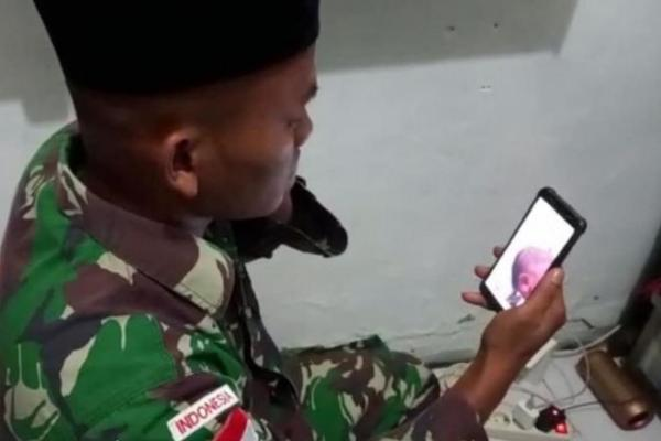 Bikin Haru, Prajurit Perbatasan RI-PNG Azani Kelahiran Putrinya Via Video Call