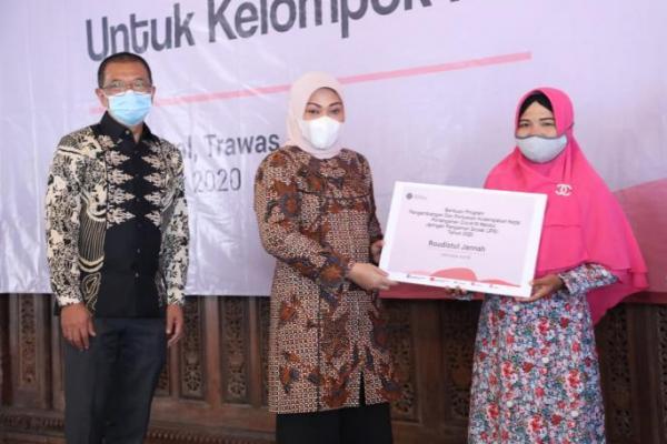 Menaker Ida Serahkan Bantuan bagi Kelompok Pekerja Perempuan di Mojokerto