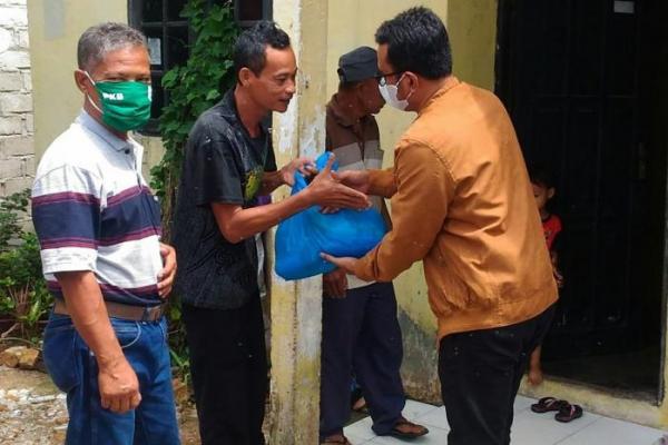 Heru Widodo Bagikan Sembako di Landasan Ulin Banjarbaru