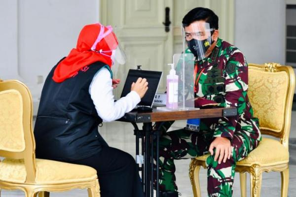 Panglima TNI dan Kaporli Turut Divaksin Bersama Presiden