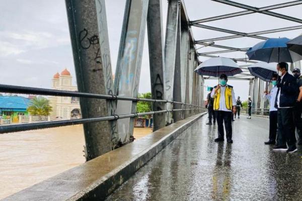 Tinjau Banjir di Kalsel, Presiden Jokowi Instruksikan Perbaikan Sarana Penghubung