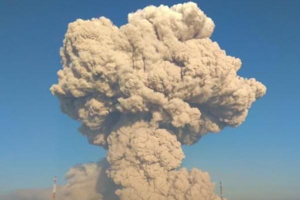 Erupsi, Gunung Sinabung Semburkan Awan Panas Sejauh 4.500 Meter
