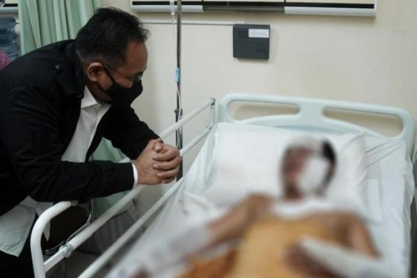 Gus Yaqut Jenguk Korban Teror Bom di RS Bhayangkara Makassar